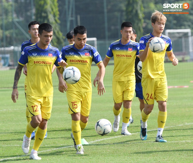 Công Phượng mải mê biểu diễn rê bóng, được HLV Park Hang-seo nhắc nhở riêng trong buổi tập sau trận đấu với UAE - Ảnh 4.