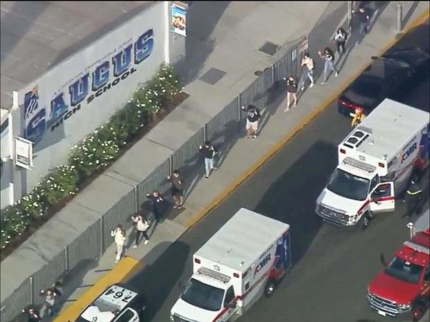 Chấn động vụ nổ súng làm 2 người tử vong tại trường trung học Mỹ, nữ idol nhóm PRISTIN được xác nhận là học sinh ở đây - Ảnh 2.