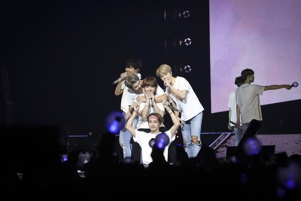 BTS kiếm hơn 2000 tỉ đồng tiền vé concert, xếp sau mỗi Elton John thế mà lại thua giải tour diễn của năm trước BLACKPINK - Ảnh 1.