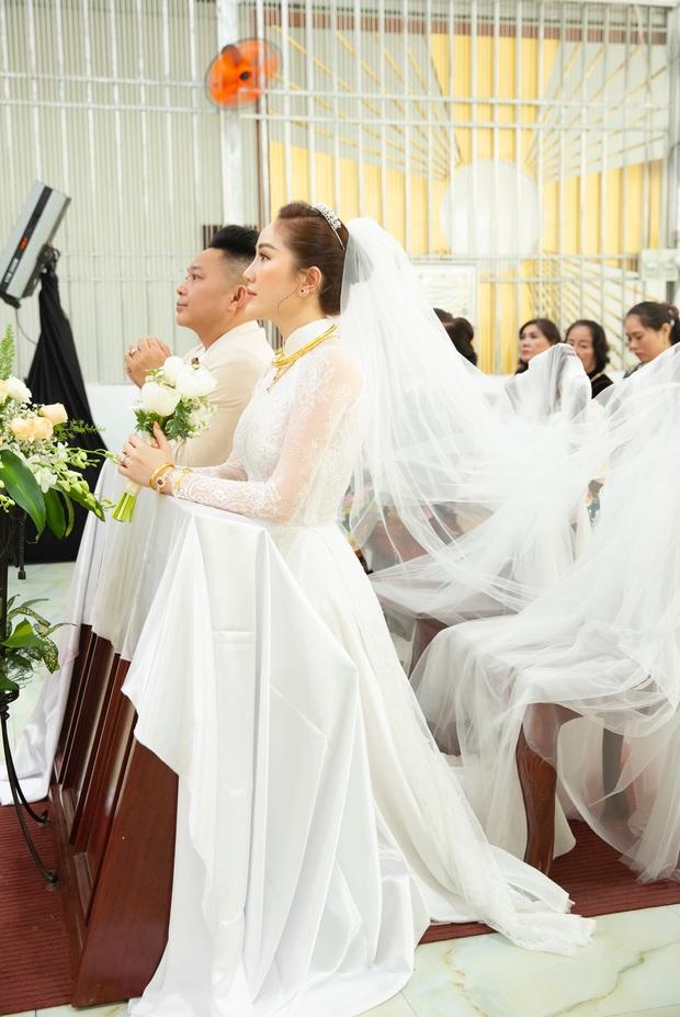 Áo dài cưới của Bảo Thy: Nhìn xa tưởng đơn giản, ngắm kỹ mới thấy được hết vẻ lộng lẫy sang trọng - Ảnh 8.