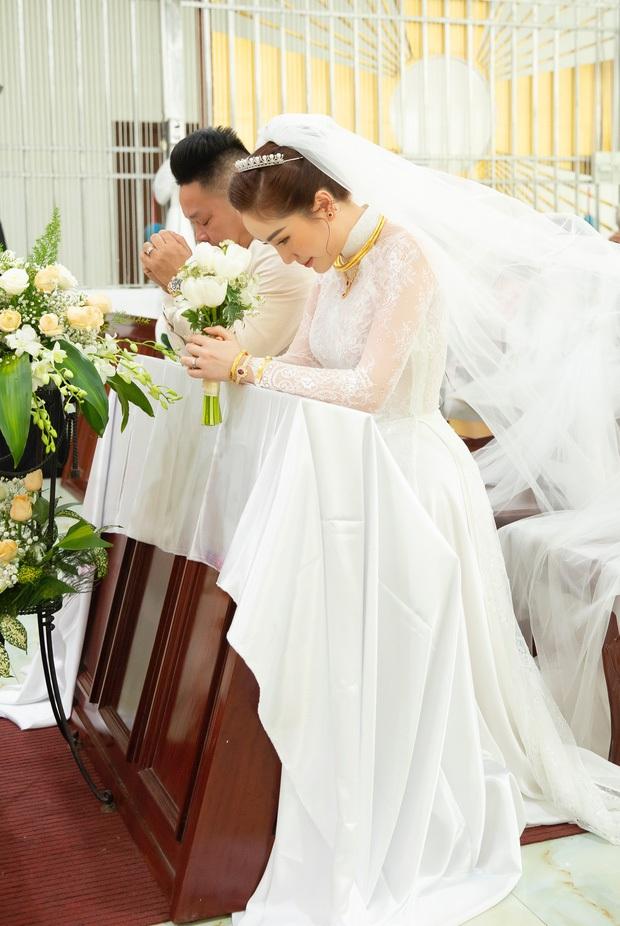 Áo dài cưới của Bảo Thy: Nhìn xa tưởng đơn giản, ngắm kỹ mới thấy được hết vẻ lộng lẫy sang trọng - Ảnh 4.