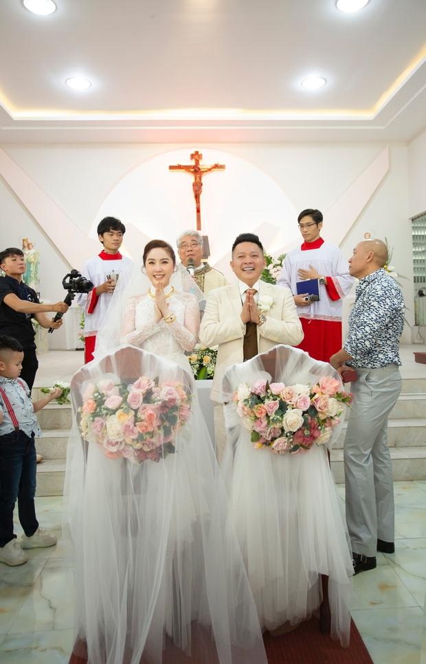 Áo dài cưới của Bảo Thy: Nhìn xa tưởng đơn giản, ngắm kỹ mới thấy được hết vẻ lộng lẫy sang trọng - Ảnh 1.