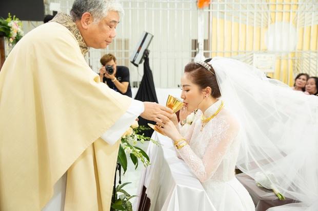Áo dài cưới của Bảo Thy: Nhìn xa tưởng đơn giản, ngắm kỹ mới thấy được hết vẻ lộng lẫy sang trọng - Ảnh 2.