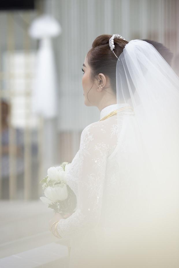Áo dài cưới của Bảo Thy: Nhìn xa tưởng đơn giản, ngắm kỹ mới thấy được hết vẻ lộng lẫy sang trọng - Ảnh 6.