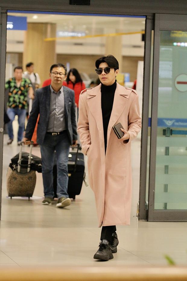 Noo Phước Thịnh bảnh bao tại sân bay Hàn, sẵn sàng bùng nổ cùng PSY, BoA và dàn sao Kbiz trong lễ trao giải khủng - Ảnh 4.