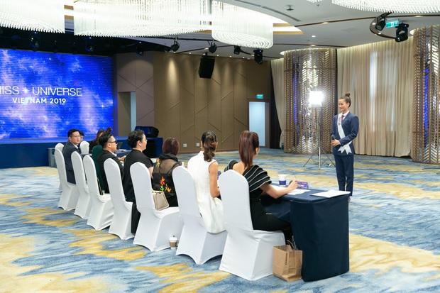 Mặc vest, chỉ chọn 1 NTK, Hương Ly bị nhận xét tự làm nổi bật tại Hoa hậu Hoàn vũ VN - Ảnh 4.