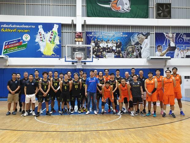 Đội tuyển bóng rổ Việt Nam thua đậm Thái Lan trong trận đấu giao hữu trước thềm SEA Games 30 - Ảnh 1.