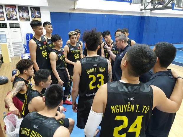Đội tuyển bóng rổ Việt Nam thua đậm Thái Lan trong trận đấu giao hữu trước thềm SEA Games 30 - Ảnh 2.