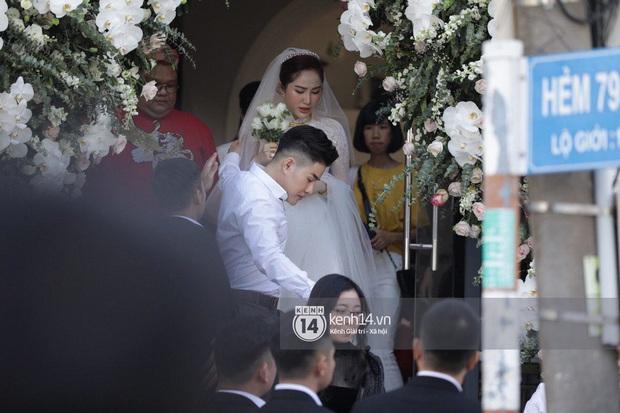Hình ảnh hiếm tại đám cưới Bảo Thy: Cô dâu chính thức xuất hiện, xinh đẹp như một nàng công chúa, không trực tiếp cùng ra xe với chú rể - Ảnh 1.
