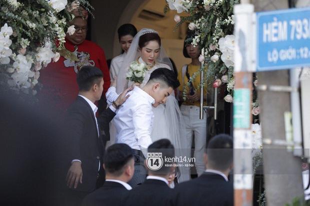 Hình ảnh hiếm tại đám cưới Bảo Thy: Cô dâu chính thức xuất hiện, xinh đẹp như một nàng công chúa, không trực tiếp cùng ra xe với chú rể - Ảnh 2.