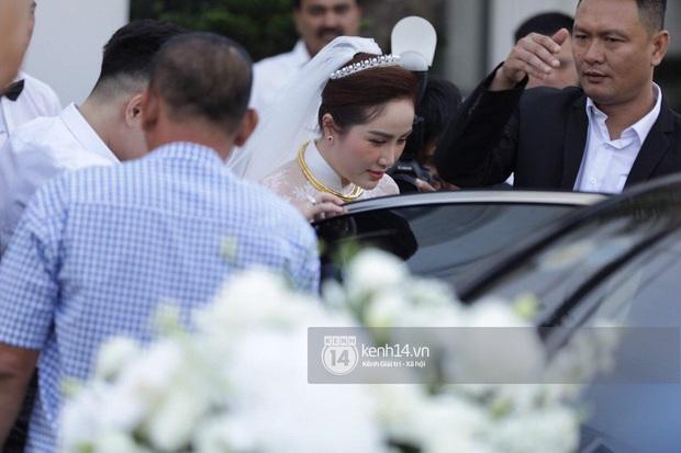 Hình ảnh hiếm tại đám cưới Bảo Thy: Cô dâu chính thức xuất hiện, xinh đẹp như một nàng công chúa, không trực tiếp cùng ra xe với chú rể - Ảnh 3.