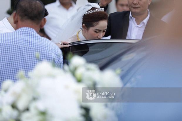 Hình ảnh hiếm tại đám cưới Bảo Thy: Cô dâu chính thức xuất hiện, xinh đẹp như một nàng công chúa, không trực tiếp cùng ra xe với chú rể - Ảnh 4.