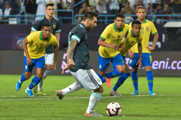Thắng Brazil trong trận Siêu kinh điển Nam Mỹ, Messi giành chiếc cúp đầu tiên trong sự nghiệp với ĐT Argentina - Ảnh 2.