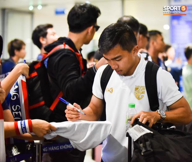Tuyển Thái Lan đặt chân tới Hà Nội, từ chối trả lời truyền thông Việt Nam ở sân bay Nội Bài - Ảnh 4.