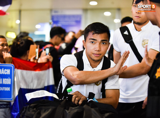 Tuyển Thái Lan đặt chân tới Hà Nội, từ chối trả lời truyền thông Việt Nam ở sân bay Nội Bài - Ảnh 3.