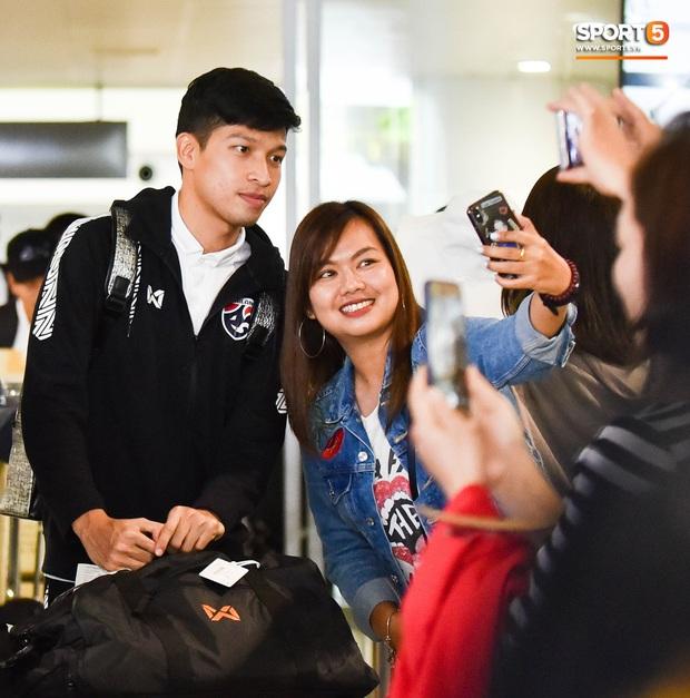 Tuyển Thái Lan đặt chân tới Hà Nội, từ chối trả lời truyền thông Việt Nam ở sân bay Nội Bài - Ảnh 11.