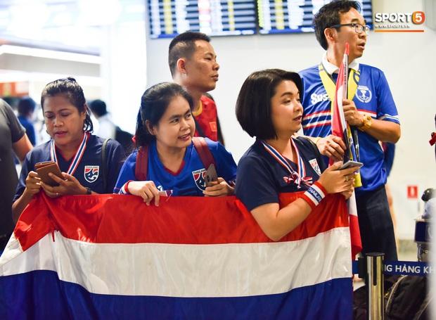 Tuyển Thái Lan đặt chân tới Hà Nội, từ chối trả lời truyền thông Việt Nam ở sân bay Nội Bài - Ảnh 10.