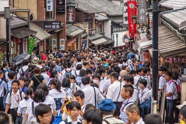 Một con phố đông đúc ở Kyoto