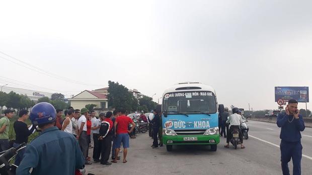 Xe buýt đỗ lâu ven đường, người dân kiểm tra tá hoả phát hiện tài xế tử vong trên ghế lái - Ảnh 1.