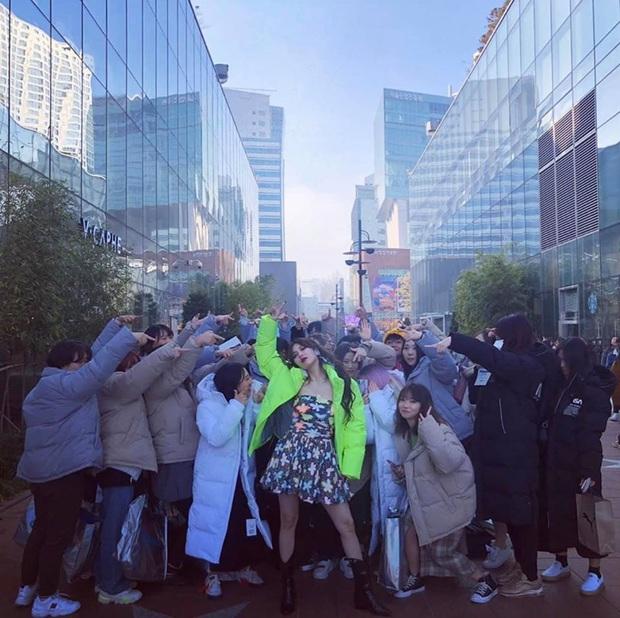 """Thấy HyunA tặng fan quà đắt tiền, hàng chục người trà trộn để trục lợi và cái kết bị P Nation cho """"ra chuồng gà"""" chơi cùng nhau - Ảnh 4."""