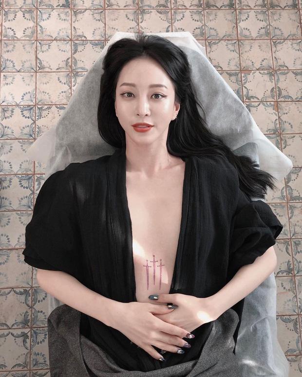 Mỹ nhân Han Ye Seul gây náo loạn vì thả rông khoe vòng 1 khủng và hình xăm, nhìn xong tưởng poster phim! - Ảnh 1.