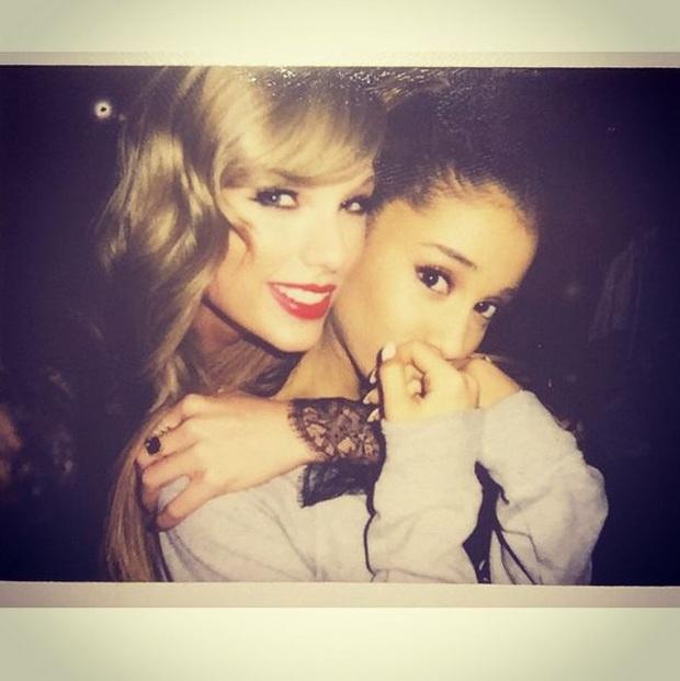 Khổ tâm như Ariana Grande khi không biết về phe Taylor Swift hay Scooter Braun: Một bên là người chị thân thiết, một bên là quản lý của mình - Ảnh 4.