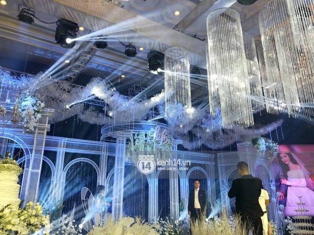Không gian đám cưới Bảo Thy tại khách sạn 6 sao siêu sang chảnh: Trang trí giản đơn nhưng vẫn toát lên gia thế khủng! - Ảnh 1.