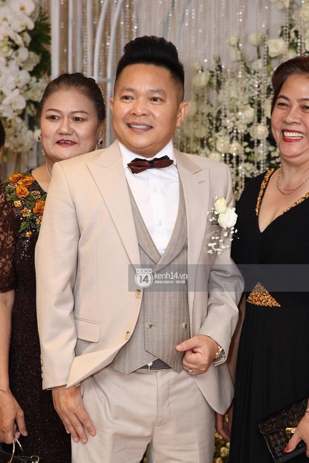 Đâu chỉ riêng Ông Cao Thắng, chồng Bảo Thy cũng đi giày độn gần 10 cm để xứng tầm bên cô dâu trong lễ cưới - Ảnh 2.