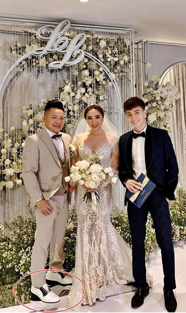 Đâu chỉ riêng Ông Cao Thắng, chồng Bảo Thy cũng đi giày độn gần 10 cm để xứng tầm bên cô dâu trong lễ cưới - Ảnh 1.