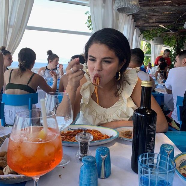 """Loạt ảnh """"dìm"""" khi ăn mì Ý của Selena Gomez là tất cả chúng ta khi được ăn ngon: Thích thì xem không thích thì xem, ảnh xấu cũng mặc kệ! - Ảnh 6."""