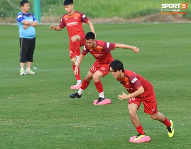 Công Phượng nhăn nhó vì bài tập khó, thầy Lee Yong-jin nở nụ cười hiền hậu và động viên phía sau - Ảnh 8.