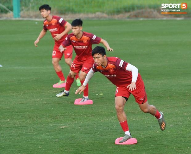 Công Phượng nhăn nhó vì bài tập khó, thầy Lee Yong-jin nở nụ cười hiền hậu và động viên phía sau - Ảnh 1.