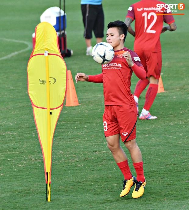 Công Phượng nhăn nhó vì bài tập khó, thầy Lee Yong-jin nở nụ cười hiền hậu và động viên phía sau - Ảnh 6.