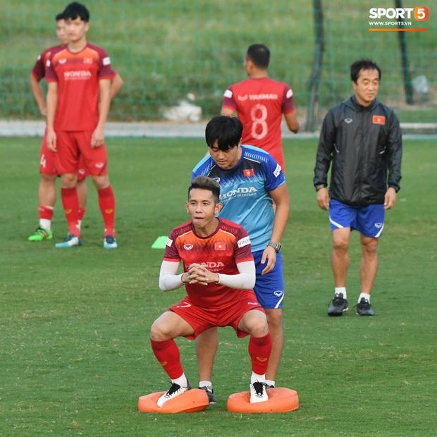 Công Phượng nhăn nhó vì bài tập khó, thầy Lee Yong-jin nở nụ cười hiền hậu và động viên phía sau - Ảnh 4.
