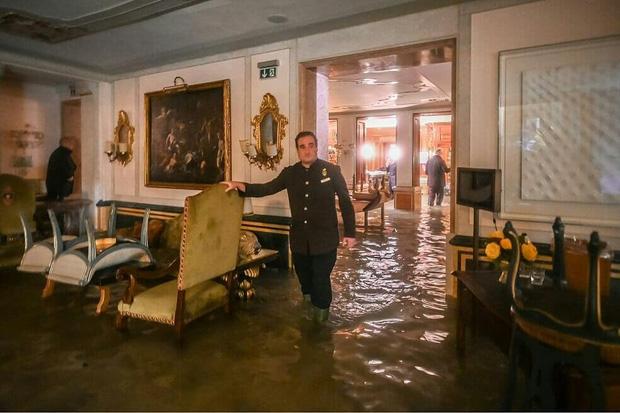 """""""Đen hơn cả anh Vâu"""" chính là khách du lịch ở Venice hiện tại: Mặc cho """"xung quanh toàn là nước"""" vẫn ngậm ngùi lội bì bõm check-in! - Ảnh 9."""