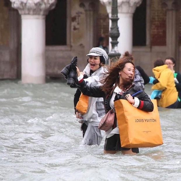 """""""Đen hơn cả anh Vâu"""" chính là khách du lịch ở Venice hiện tại: Mặc cho """"xung quanh toàn là nước"""" vẫn ngậm ngùi lội bì bõm check-in! - Ảnh 15."""