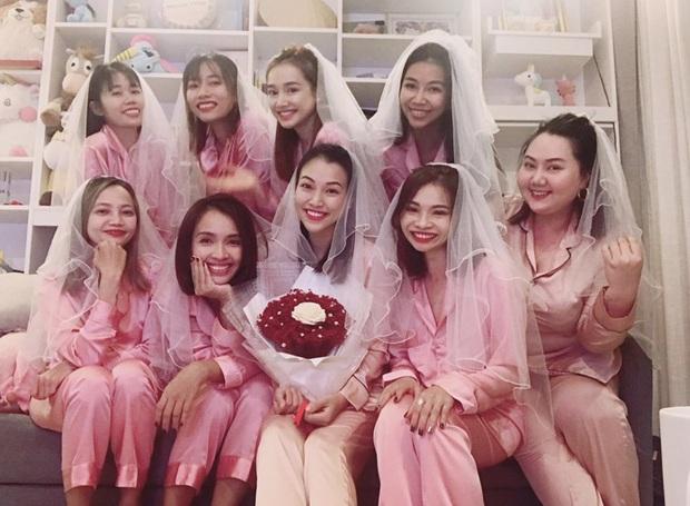 Còn hai tuần nữa đám cưới với bạn trai ngoại quốc, MC Hoàng Oanh đánh lẻ làm tiệc độc thân với Nhã Phương và hội chị em - Ảnh 2.