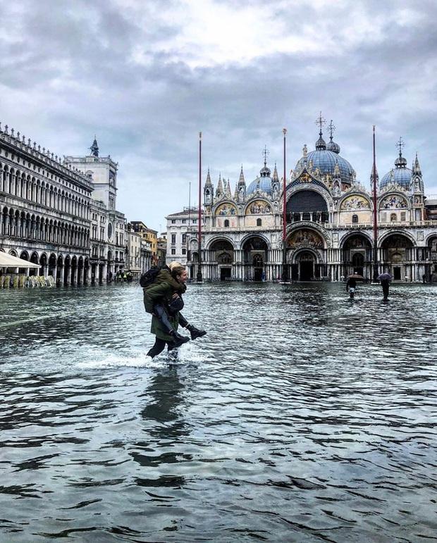 """""""Đen hơn cả anh Vâu"""" chính là khách du lịch ở Venice hiện tại: Mặc cho """"xung quanh toàn là nước"""" vẫn ngậm ngùi lội bì bõm check-in! - Ảnh 4."""