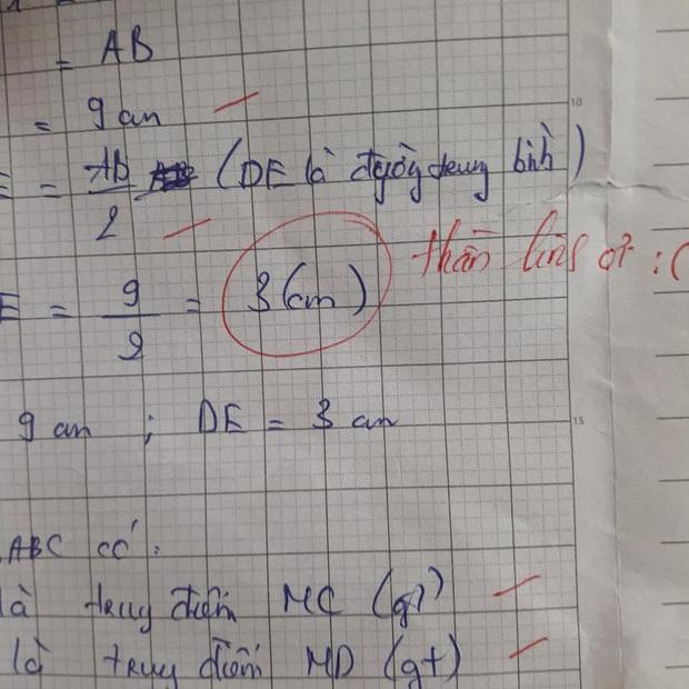 Học sinh làm sai phép toán cực kỳ dễ, cô giáo chấm bài chỉ biết nhận xét: Chấm mà tức á khiến dân mạng cười bò - Ảnh 2.