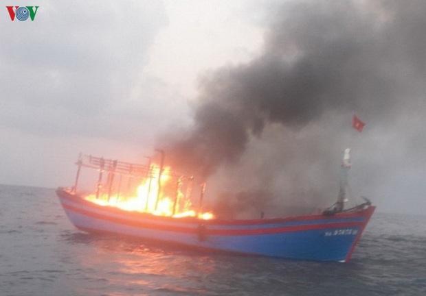 Tàu cá bốc cháy trên biển Quảng Trị, 7 ngư dân được cứu sống  - Ảnh 2.