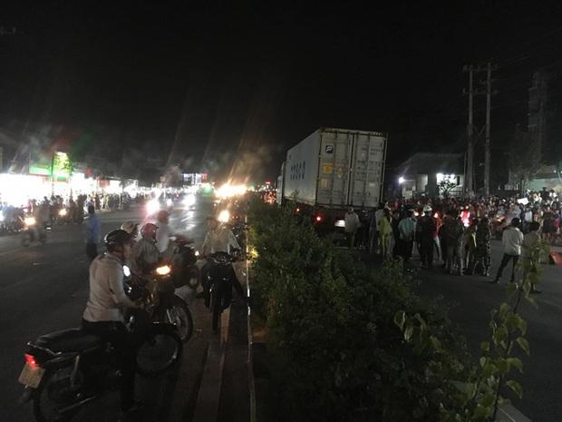 Hàng trăm người bất chấp nguy hiểm, tràn ra đường đứng xem tai nạn chết người - Ảnh 2.