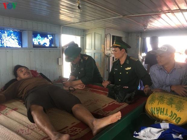 Tàu cá bốc cháy trên biển Quảng Trị, 7 ngư dân được cứu sống  - Ảnh 3.