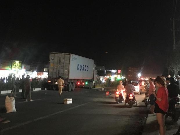 Hàng trăm người bất chấp nguy hiểm, tràn ra đường đứng xem tai nạn chết người - Ảnh 4.