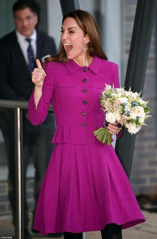 Diện đồ tím chuẩn trend, Công nương Kate lại khiến dân tình nhớ đến hình ảnh của mẹ chồng Diana - Ảnh 4.