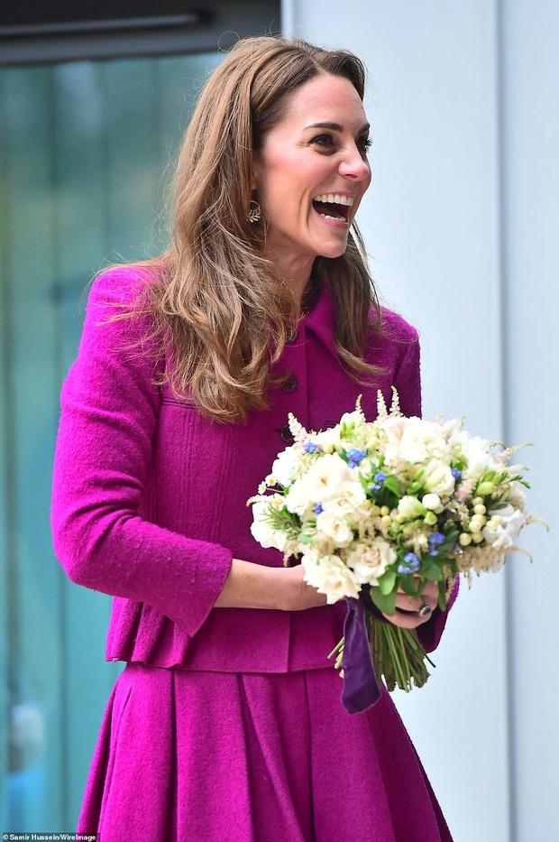 Diện đồ tím chuẩn trend, Công nương Kate lại khiến dân tình nhớ đến hình ảnh của mẹ chồng Diana - Ảnh 5.