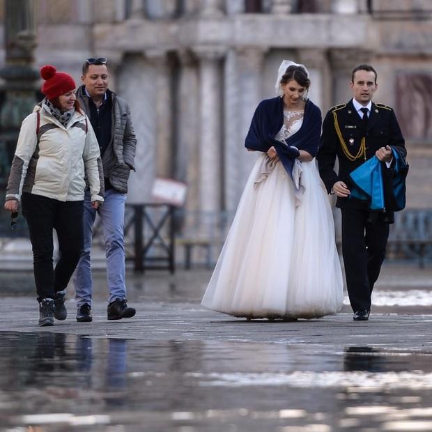 """""""Đen hơn cả anh Vâu"""" chính là khách du lịch ở Venice hiện tại: Mặc cho """"xung quanh toàn là nước"""" vẫn ngậm ngùi lội bì bõm check-in! - Ảnh 13."""