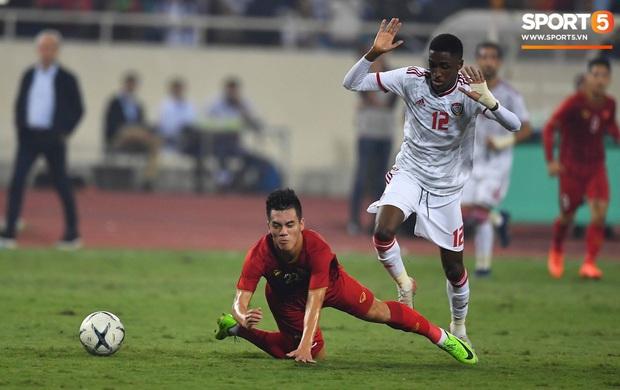 Trở về UAE, HLV van Marwijk vẫn chưa hết bức xúc về tấm thẻ đỏ ở trận thua Việt Nam: Nếu có VAR mọi thứ đã khác - Ảnh 2.