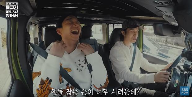 Ra đây mà xem Lee Dong Wook hẹn Gong Yoo đi ngắm biển rồi ăn tối cùng nhau nữa! - Ảnh 2.