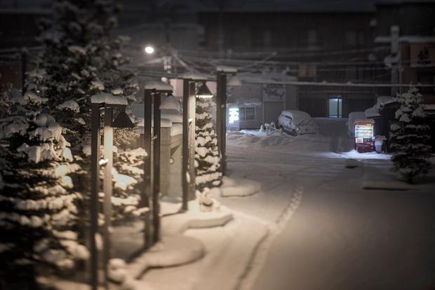 Vẻ đẹp rực rỡ trong đêm của những chiếc máy bán hàng tự động cô độc trên khắp các nẻo đường Nhật Bản - Ảnh 4.
