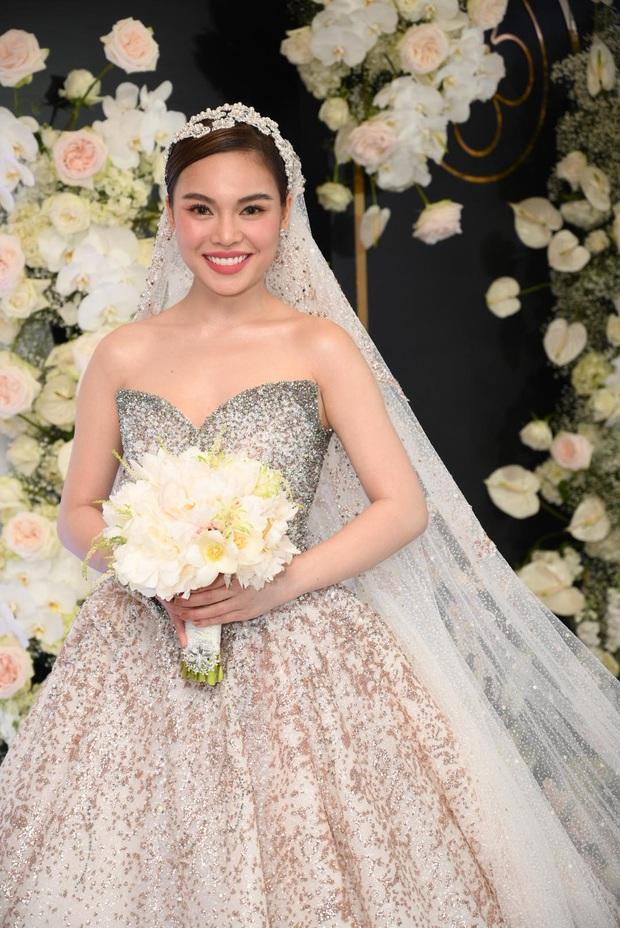 Váy cưới của 3 cô dâu tháng 11 Đông Nhi - Bảo Thy - Giang Hồng Ngọc: Người dịu dàng, người lộng lẫy choáng ngợp, người chẳng ngại sexy - Ảnh 8.